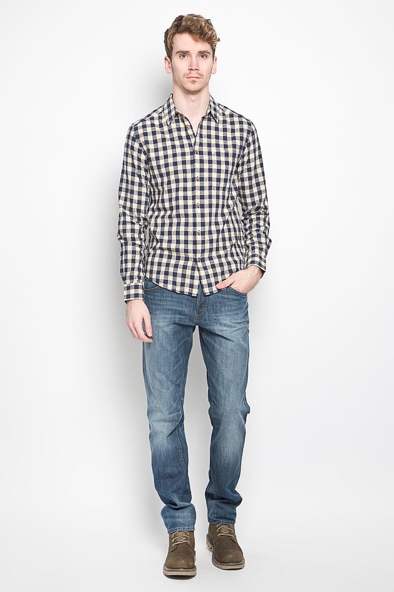 Рубашка мужская. W59096BIRW59096BIRМужская рубашка Wrangler, выполненная из натурального хлопка, прекрасно подойдет для повседневной носки. Материал очень мягкий и приятный на ощупь, не сковывает движения и позволяет коже дышать. Рубашка прямого кроя с отложным воротником и длинными рукавами застегивается на пуговицы по всей длине. Манжеты рукавов также застегиваются на пуговицы. На груди модели предусмотрен небольшой накладной карман. Изделие оформлено принтом в клетку. Такая модель будет дарить вам комфорт в течение всего дня и станет модным и стильным дополнением к вашему гардеробу.