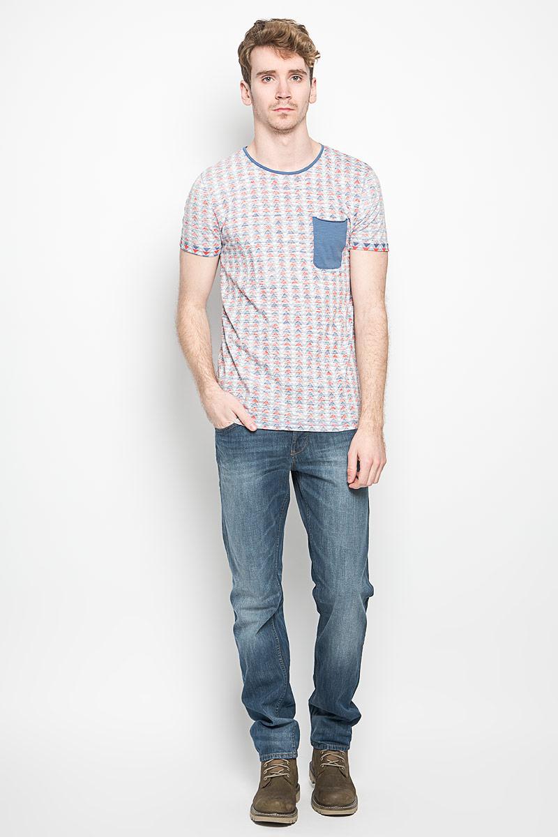 1034427.00.12_2132Стильная мужская футболка Tom Tailor выполнена из натурального хлопка. Материал очень мягкий и приятный на ощупь, обладает высокой воздухопроницаемостью и гигроскопичностью, позволяет коже дышать. Модель прямого кроя с круглым вырезом горловины и короткими рукавами. Футболка спереди дополнена небольшим накладным карманом и нашивкой с наименованием бренда, а сзади вышитым символом бренда. Низ рукавов обработан оригинальной подгибкой. Такая модель подарит вам комфорт в течение всего дня и послужит замечательным дополнением к вашему гардеробу.