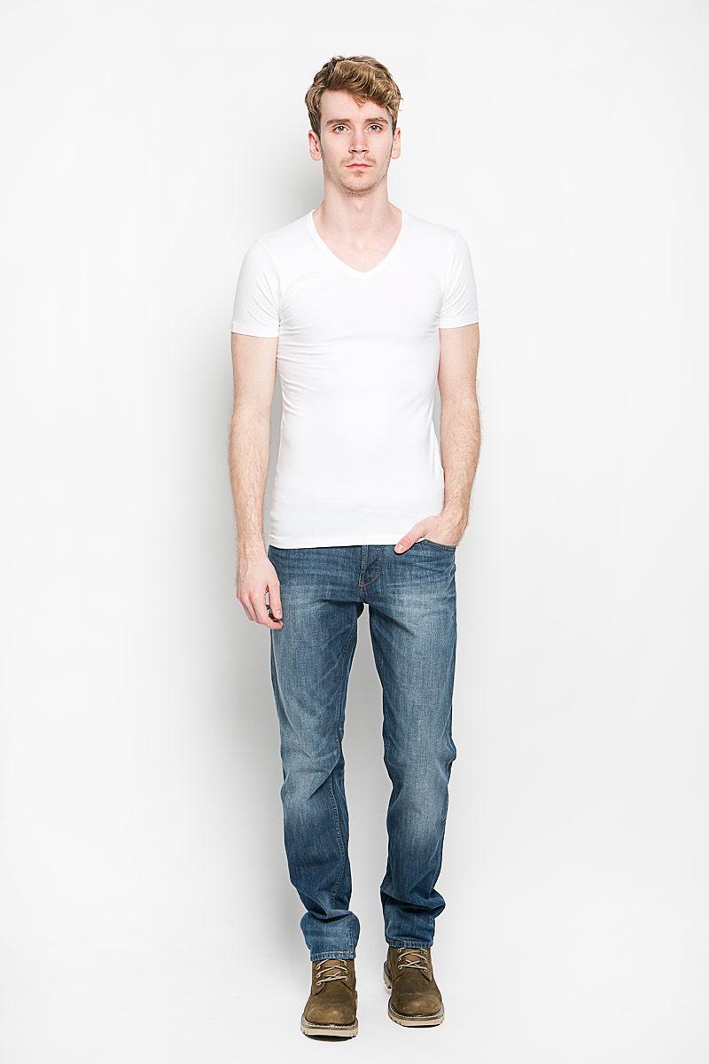 ФутболкаTomerBASIC/WHITEМужская футболка MeZaGuZ, выполненная из натурального хлопка с содержанием эластана, станет стильным дополнением к вашему гардеробу. Материал изделия мягкий и приятный на ощупь, не сковывает движения и позволяет коже дышать. Футболка с V-образным вырезом горловины и короткими рукавами выполнена в лаконичной дизайне. Изделие украшено вышивкой в виде фирменного логотипа. Такая модель отлично подойдет для повседневной носки и подарит вам комфорт в течение всего дня!