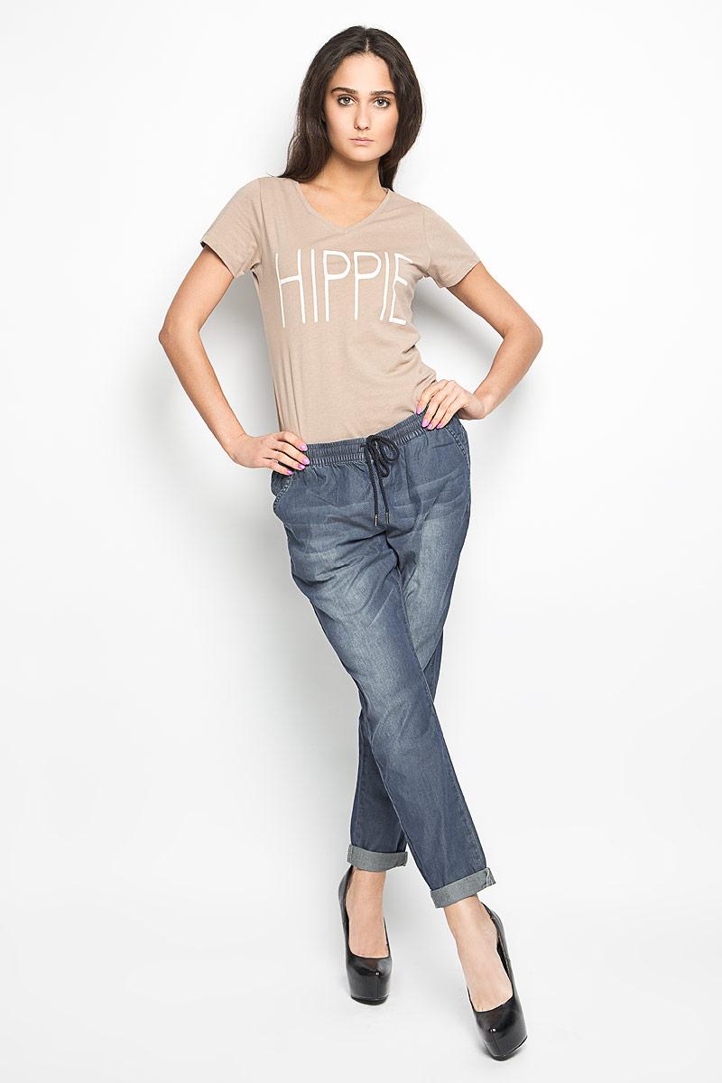 Брюки10156332_538Удобные женские брюки Broadway, выполненные из мягкого хлопка, отлично подойдут на каждый день. Модель зауженного к низу кроя - настоящее воплощение комфорта, такие брюки не сковывают движений и обеспечивают наибольшее удобство. Пояс изделия собран на эластичную резинку и дополнен шнурком. Спереди брюки дополнены двумя втачными карманами с косыми краями. Сзади имеется имитация двух прорезных карманов. Оформлена модель эффектом потертости. Эти комфортные брюки послужат отличным дополнением к вашему гардеробу. Они как нельзя лучше подойдут для прогулок и активного отдыха.