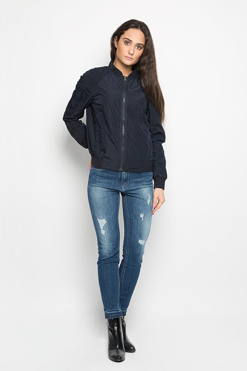 Куртка116170149Удобная женская куртка Marc O`Polo согреет вас в прохладную погоду и позволит выделиться из толпы. Модель с длинными рукавами и воротником-стойкой застегивается на молнию. Низ рукава и изделия оформлен широкой манжетой. Воротник также выполнен из трикотажного материала. Спереди расположены два втачных кармана, которые застегиваются на металлические кнопки. Также имеется внутренний маленький накладной карман. На рукаве небольшая нашивка с логотипом бренда. Эта модная и в то же время комфортная куртка - отличный вариант для прогулок, она подчеркнет ваш изысканный вкус и поможет создать неповторимый образ.