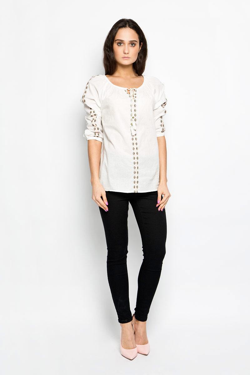 10156197_001Стильная женская блузка Broadway Esty, выполненная из натурального хлопка, подчеркнет ваш уникальный стиль и поможет создать оригинальный женственный образ. Блузка свободного кроя имеет вырез горловины лодочка и рукава-реглан 3/4. Горловина оформлена завязками с кисточками, имитирующими затягивающийся шнурок. Рукава застегиваются на пуговицы. Спереди и на рукавах изделие оформлено оригинальной вышивкой. Легкая блуза идеально подойдет для жарких летних дней. Такая блузка будет дарить вам комфорт в течение всего дня и послужит замечательным дополнением к вашему гардеробу.