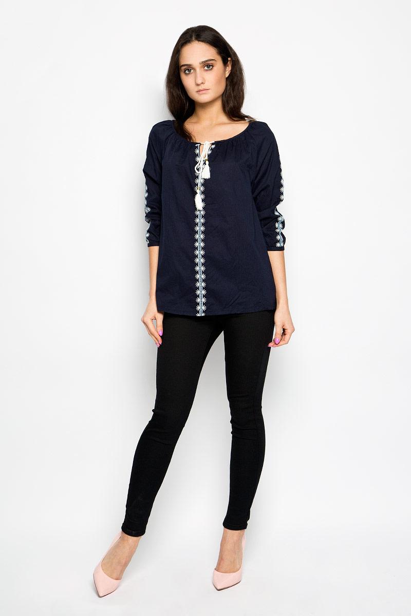 Блузка женская Esty. 1015619710156197_001Стильная женская блузка Broadway Esty, выполненная из натурального хлопка, подчеркнет ваш уникальный стиль и поможет создать оригинальный женственный образ. Блузка свободного кроя имеет вырез горловины лодочка и рукава-реглан 3/4. Горловина оформлена завязками с кисточками, имитирующими затягивающийся шнурок. Рукава застегиваются на пуговицы. Спереди и на рукавах изделие оформлено оригинальной вышивкой. Легкая блуза идеально подойдет для жарких летних дней. Такая блузка будет дарить вам комфорт в течение всего дня и послужит замечательным дополнением к вашему гардеробу.