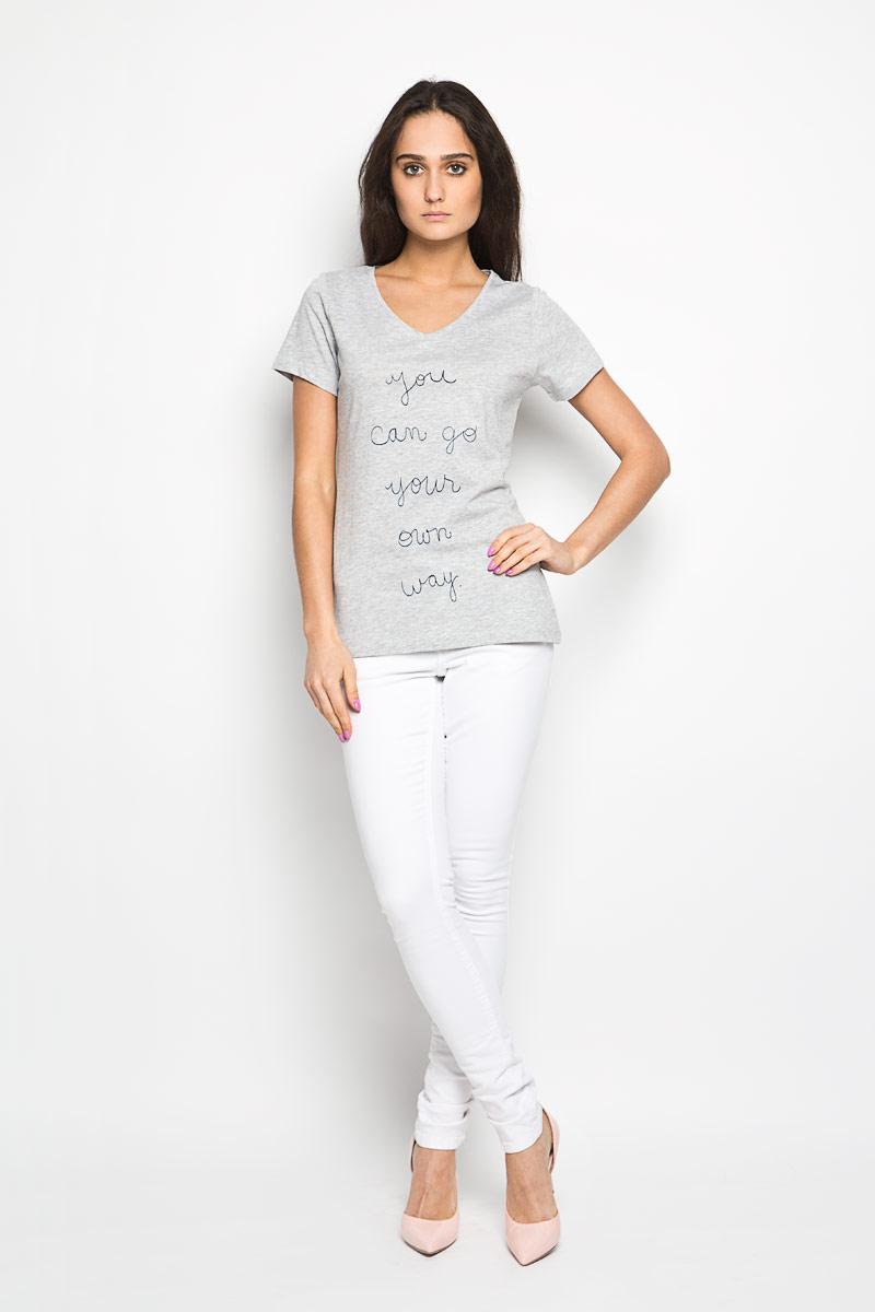 10156388_01BЖенская футболка Broadway Betty поможет создать отличный современный образ в стиле Casual. Модель изготовлена из натурального хлопка с добавлением вискозы, очень мягкая, тактильно приятная, не сковывает движения и хорошо пропускает воздух. Футболка с V-образным вырезом горловины и короткими рукавами оформлена спереди надписями. Такая футболка станет стильным дополнением к вашему гардеробу, она подарит вам комфорт в течение всего дня!