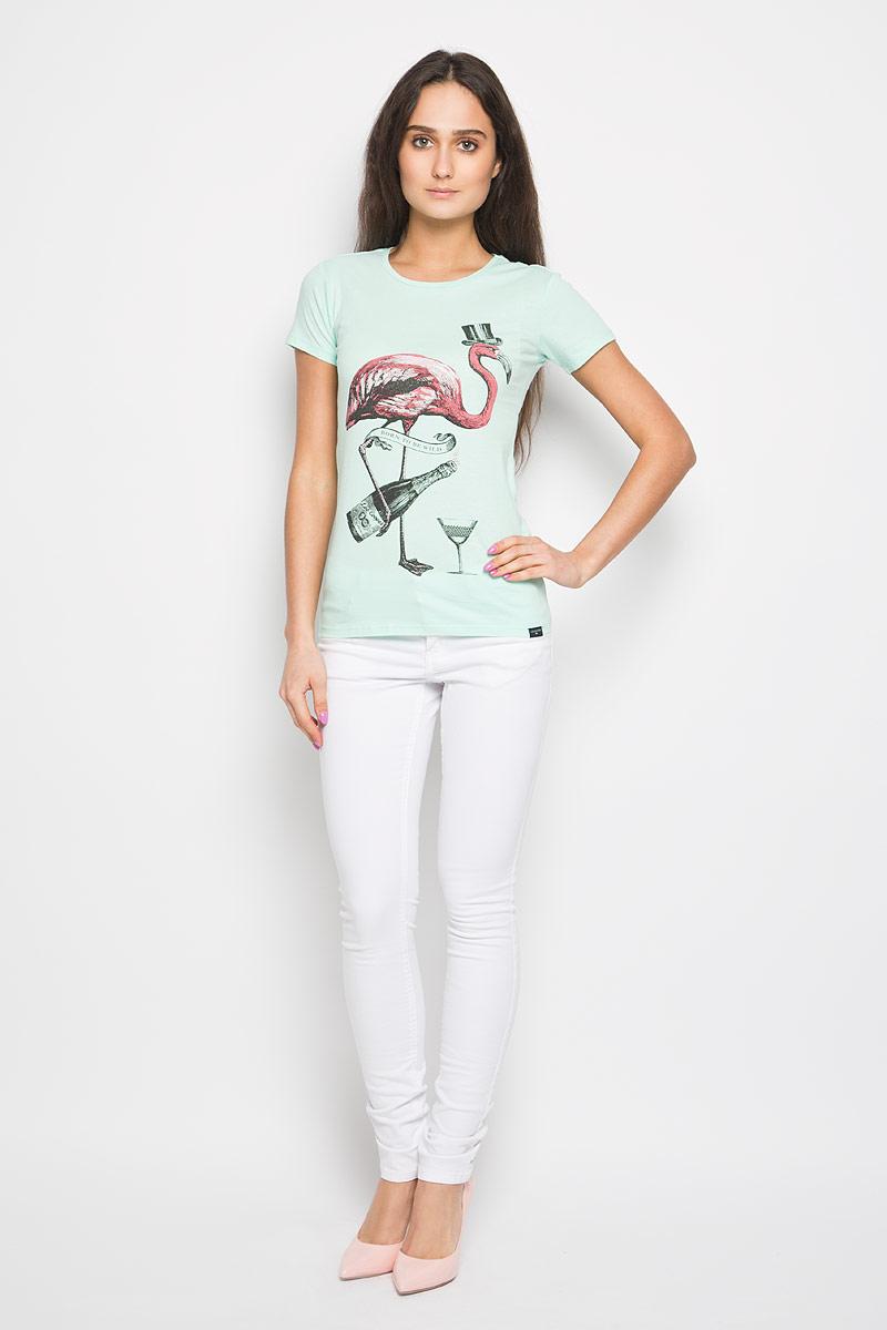 W28107-0345Стильная женская футболка Lee Cooper поможет создать отличный современный образ в стиле Casual. Модель изготовлена из натурального хлопка, очень мягкая, не сковывает движения и хорошо пропускает воздух. Футболка с круглым вырезом горловины и короткими рукавами оформлена спереди ярким рисунком. Такая футболка станет стильным дополнением к вашему гардеробу, она подарит вам комфорт в течение всего дня!