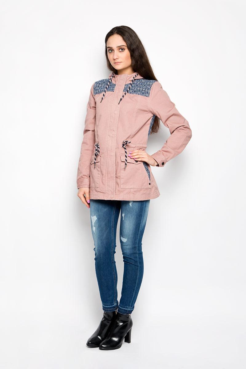 3532564.00.71_7687Стильная женская удлиненная куртка Tom Tailor Denim, выполненная из высококачественного плотного материала, рассчитана на прохладную погоду. Она поможет вам почувствовать себя максимально комфортно и стильно. Модель с длинными рукавами и несъемным капюшоном застегивается на застежку-молнию и дополнительно ветрозащитным клапаном на металлические кнопки. Капюшон и линия талии дополнены утягивающими шнурками. Манжеты рукавов застегиваются на кнопки. Спереди имеются два накладных кармана на кнопках, на которых расположены прорезные карманы. Оформлено изделие контрастными вставками с оригинальным принтом. Такая куртка станет отличным дополнением вашего гардероба.