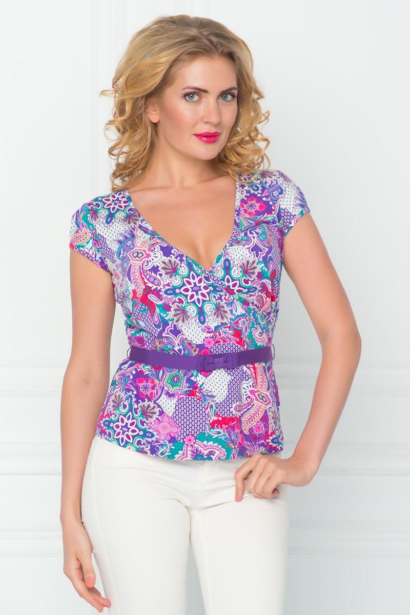 ФутболкаSS16-BGUZ-526Стильная женская футболка BeGood изготовлена из эластичного хлопка. Приталенная модель с короткими рукавами и V-образным вырезом горловины оформлена оригинальным ярким принтом и дополнена декоративным поясом.