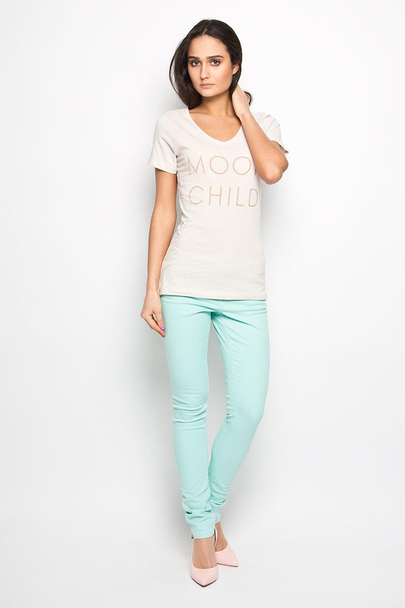 10156280_05BСтильная женская футболка Broadway Betty актуального фасона, выполненная из натурального хлопка, будет отлично на вас смотреться. Модель с V-образным вырезом горловины и короткими рукавами оформлена оригинальной надписью. Классический покрой, лаконичный дизайн, безукоризненное качество. Идеальный вариант для тех, кто ценит комфорт и практичность.