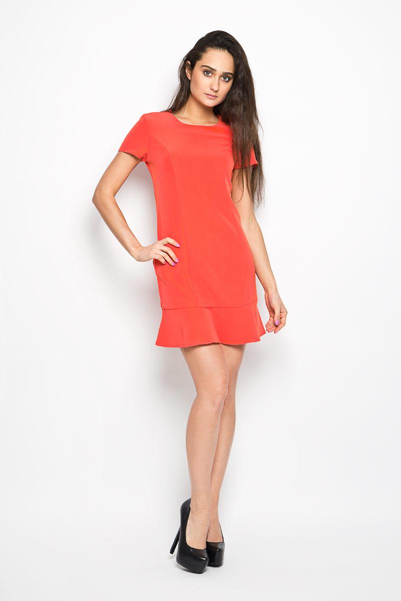 ПлатьеDs-117/741-6193Элегантное платье Sela выполнено из эластичного полиэстера. Такое платье обеспечит вам комфорт и удобство при носке. Модель с короткими рукавами и круглым вырезом горловины выгодно подчеркнет все достоинства вашей фигуры благодаря приталенному силуэту. Платье застегивается сзади на металлический крючок и застежку-молнию. По низу проходит широкая оборка. Это модное и удобное платье станет превосходным дополнением к вашему гардеробу, оно подарит вам удобство и поможет вам подчеркнуть свой вкус и неповторимый стиль.