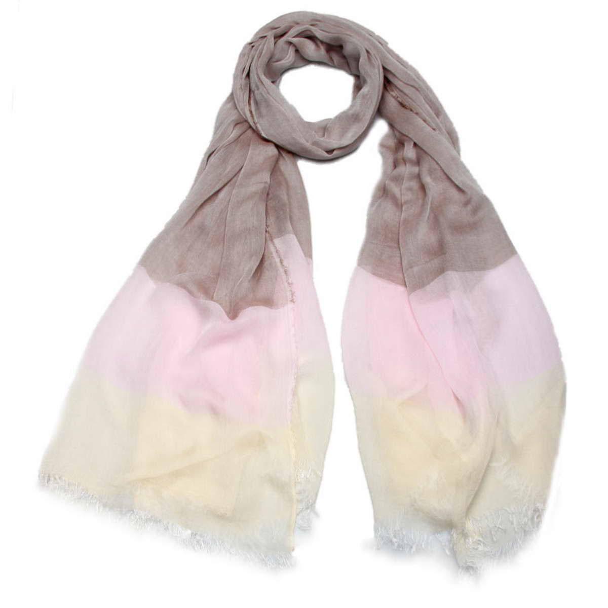 3415501-10Элегантный женский палантин Venera изготовлен из модала и шелка. Палантин имеет отличное качество и приятную текстуру материала, он подарит настоящий комфорт при носке, а большие размеры позволят согреться в прохладную погоду. Изделие оформлено гаммой нескольких цветов и небольшой бахромой по краям. Этот модный аксессуар женского гардероба гармонично дополнит образ современной женщины, следящей за своим имиджем и стремящейся всегда оставаться стильной и элегантной. В этом палантине вы всегда будете выглядеть женственной и привлекательной.