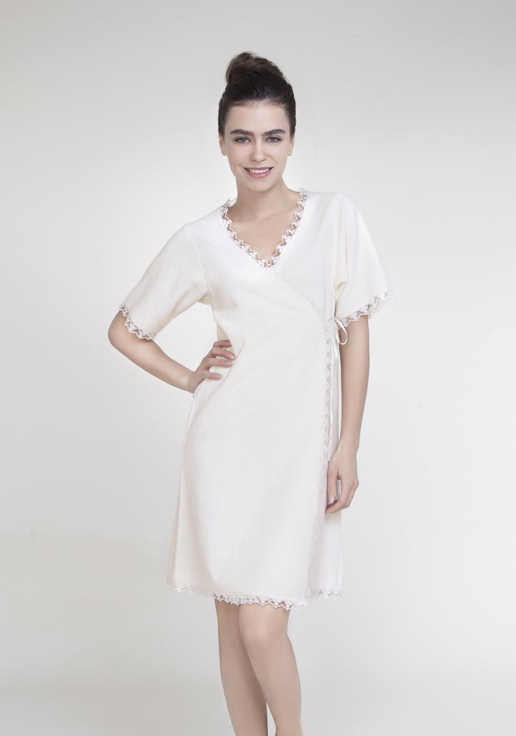 Халат женский VERANDAVERANDAСерия легких домашних халатов ISSIMO - это стильные, современные дизайны, удобство форм, изящный силуэт и благородные оттенки. Эти халаты доставят удовольствие и станут незаменимым домашним аксессуаром. Упаковка - белая картонная подарочная коробка.