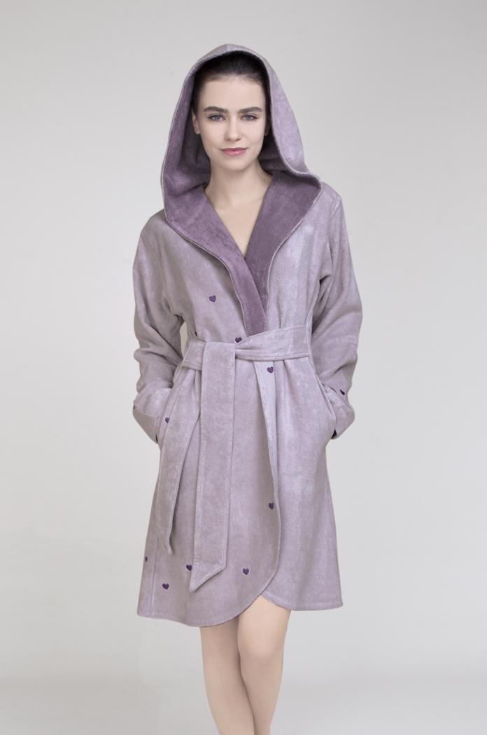LOUIДомашний теплый халат Issimo Home выполнен из бамбука с добавлением хлопка. Модель длиной выше колен дополнен капюшоном. Халат без застежки, запахивается спереди и завязывается на пояс. По бокам изделие дополнено прорезными карманами. Оформлена модель интересным принтом в виде сердечек.