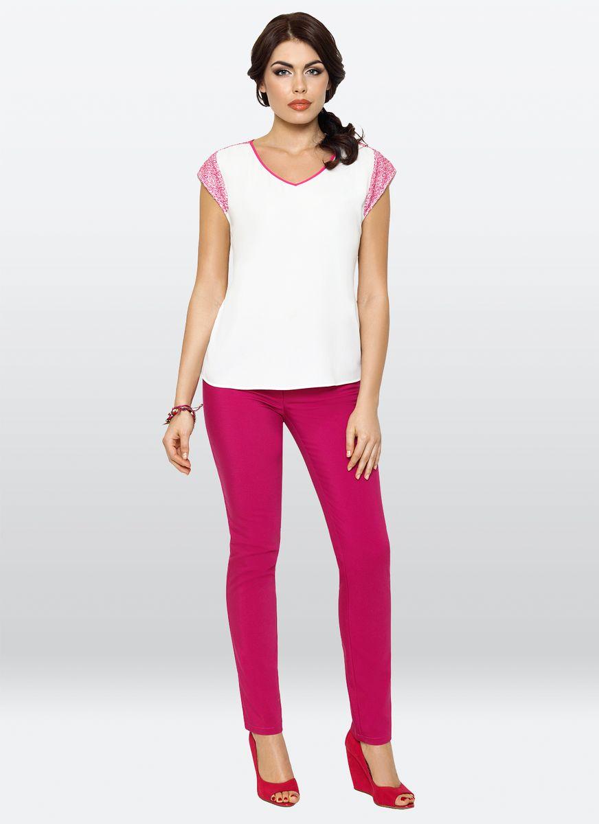 Блузка жен. 34123412Повседневная блузка, прямого силуэта с V-образным вырезом, выполнена из вискозного крепа. Деталь: по плечам контрастная отделка кружевом, по спинке идет планка, имитация застежки.