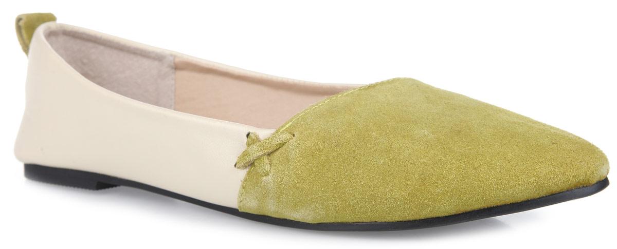 SM1890_02_06_GREENEМодные балетки от Spur придутся вам по душе. Модель выполнена из натуральной кожи разной фактуры. Боковые стороны оформлены декоративными ремешками, задник - ярлычком для более удобного надевания обуви. Подкладка и стелька, изготовленные из натуральной кожи, гарантируют уют и предотвращают натирание. Невысокий широкий каблук и подошва оснащены рифлением для лучшего сцепления с поверхностями. Стильные балетки внесут яркие нотки в ваш модный образ!
