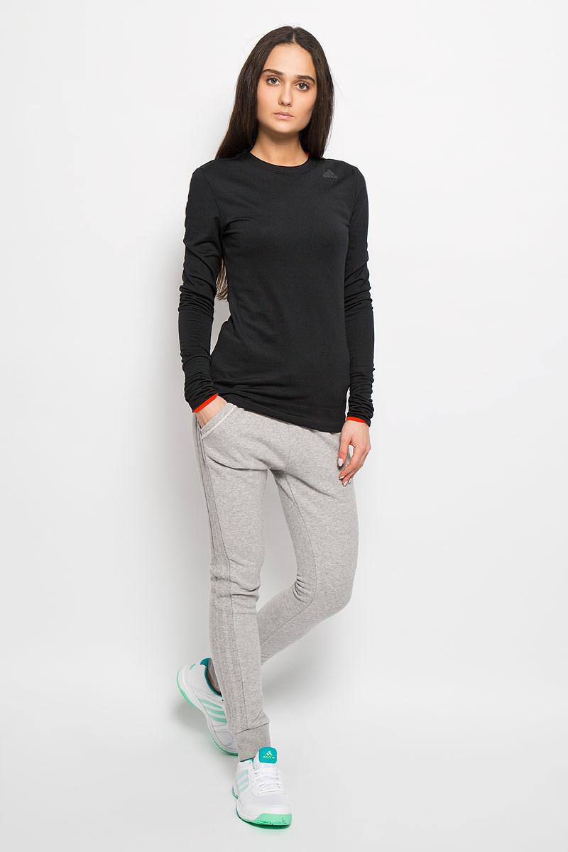 Брюки спортивныеAO4025Женские спортивные брюки Adidas Slim FT Cuffed, выполненные из хлопка с добавлением полиэстера и эластана, идеально подойдут для активного отдыха и занятий спортом. Материал необычайно мягкий и приятный на ощупь, не сковывает движения и позволяет коже дышать. Лицевая сторона изделия гладкая, изнаночная - с небольшими петельками. Модель облегающего кроя спереди дополнена двумя втачными карманами. Эластичный пояс с затягивающимся шнурком позволяет отрегулировать посадку точно по фигуре. На брючинах предусмотрены широкие трикотажные манжеты. Оформлено изделие вышитым логотипом бренда. Такая модель выгодно подчеркнет фигуру и станет отличным дополнением к вашему гардеробу!