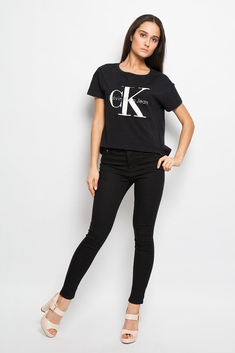 J2IJ202093_0380Модная женская футболка Calvin Klein выполнена из мягкого натурального хлопка. Материал изделия тактильно приятный, не сковывает движения, позволяет коже дышать. Модель свободного кроя с короткими рукавами и круглым вырезом горловины - идеальный вариант для создания стильного образа. Спинка футболки немного удлинена, по бокам предусмотрены разрезы. На груди изделие оформлено термоаппликацией в виде логотипа бренда. Такая модель подарит вам комфорт в течение всего дня и послужит замечательным дополнением к вашему гардеробу.
