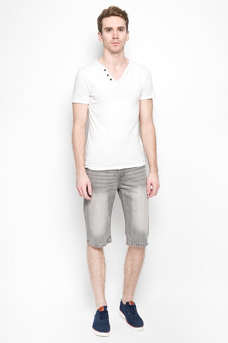 Flavor_GreyМужские джинсовые шорты MeZaGuZ, изготовленные из натурального хлопка, станут отличным дополнением к вашему гардеробу. Материал изделия плотный, приятный на ощупь, хорошо пропускает воздух. Шорты на поясе застегиваются на металлическую пуговицу и имеют ширинку на застежках-пуговицах, а также шлевки для ремня. Модель имеет классический пятикарманный крой: спереди - два втачных кармана и один маленький накладной, а сзади - два накладных кармана. Шорты оформлены эффектом потертости, перманентными складками, украшены контрастной прострочкой и металлическим клепками. Дизайн и расцветка делают эту модель модным предметом мужской одежды. В таких шортах вы всегда будете чувствовать себя уверенно и комфортно.