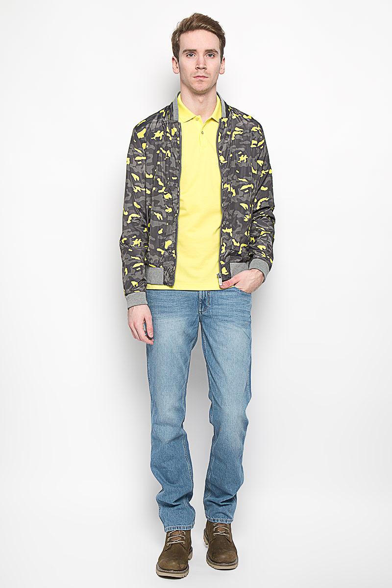 Ветровка14549Стильная мужская куртка Calvin Klein, изготовленная из 100% полиэстера, отлично подойдет для прохладных дней. Подкладка также выполнена из полиэстера. Куртка с воротником-стойкой застегивается на пластиковую застежку-молнию. Воротник, манжеты рукавов и низ изделия дополнены трикотажной резинкой. Спереди модели находятся два прорезных кармана на застежках-молниях. Внутри также имеется прорезной карман на молнии. Оформлено изделие камуфляжным принтом. Эта модная и в то же время комфортная куртка согреет вас в холодное время года и прекрасно подойдет для прогулок.