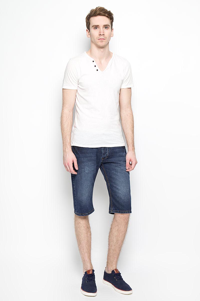 Шорты мужские. FrayFray_Stone UsedМужские джинсовые шорты MeZaGuZ, изготовленные из натурального хлопка, станут отличным дополнением к вашему гардеробу. Материал изделия плотный, приятный на ощупь, хорошо пропускает воздух. Шорты на поясе застегиваются на металлическую пуговицу и имеют ширинку на застежках-пуговицах, а также шлевки для ремня. Модель имеет классический пятикарманный крой: спереди - два втачных кармана и один маленький накладной, а сзади - два накладных кармана. Шорты оформлены эффектом потертости, перманентными складками, украшены контрастной прострочкой и металлическим клепками. Дизайн и расцветка делают эту модель модным предметом мужской одежды. В таких шортах вы всегда будете чувствовать себя уверенно и комфортно.