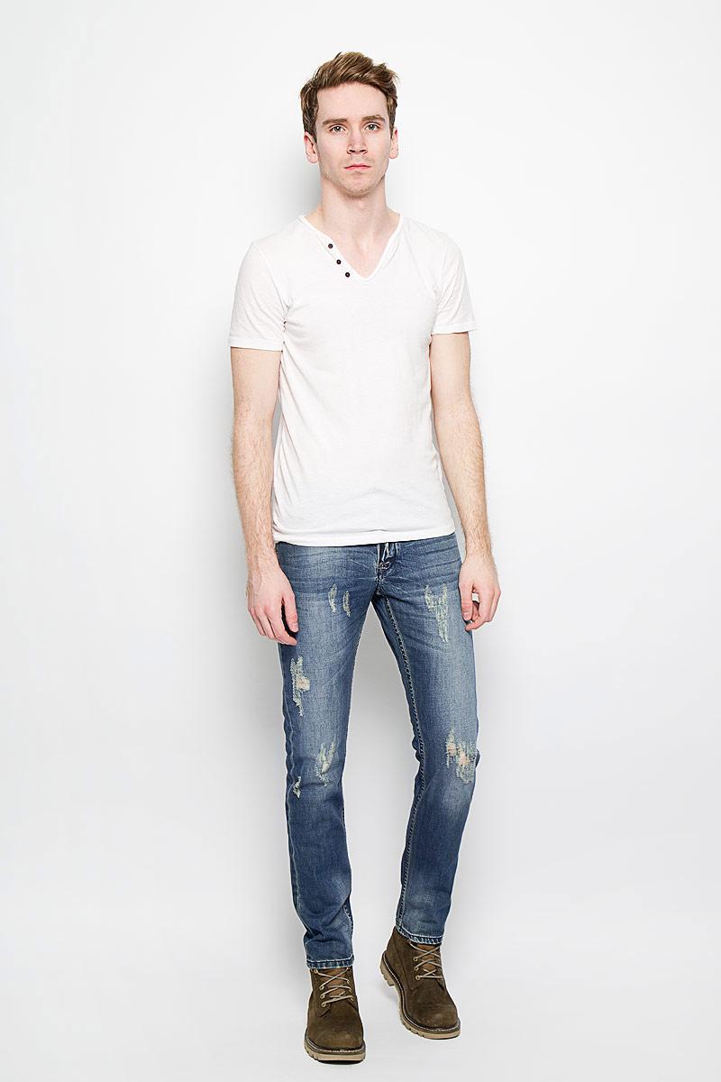Джинсы мужские. WandooWandoo/denimСтильные мужские джинсы MeZaGuZ выполненные из натурального хлопка, подходят большинству мужчин. Модель прямого кроя и средней посадки станет отличным дополнением к вашему современному образу. На поясе джинсы застегиваются на металлическую пуговицу и имеют ширинку на застежках-пуговицах, также имеются шлевки для ремня. Спереди модель оформлена двумя втачными карманами и одним небольшим секретным кармашком, а сзади - двумя накладными карманами. Модель оформлена декоративными потертостями и рваным эффектом. Эти модные и в тоже время комфортные джинсы послужат отличным дополнением к вашему гардеробу. В них вы всегда будете чувствовать себя уютно и комфортно.