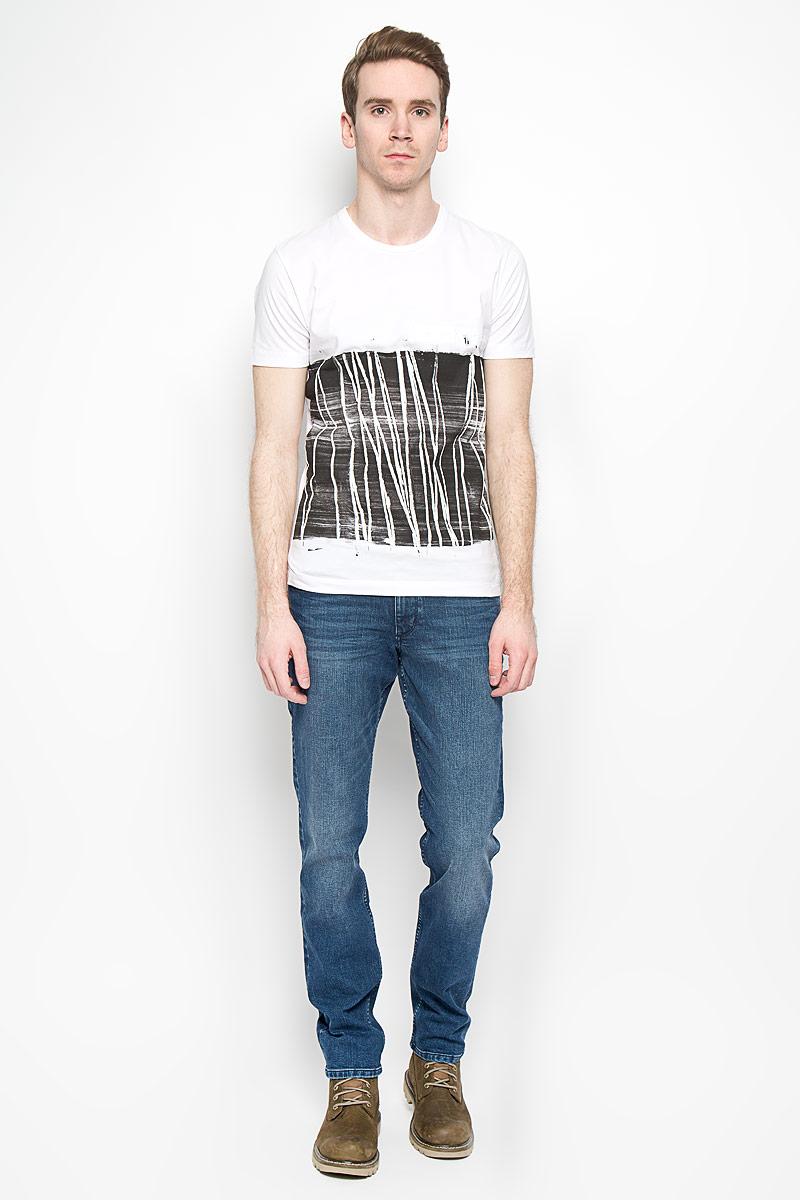 2031126.09.12_4269Мужская футболка Calvin Klein Jeans выполнена из натурального хлопка. Материал изделия мягкий и приятный на ощупь, не сковывает движения и позволяет коже дышать. Футболка с короткими рукавами имеет круглый вырез горловины, дополненный трикотажной резинкой. Изделие оформлено принтом с термоаппликацией. Футболка украшена объемной надписью, содержащей название бренда. Такая модель подарит вам комфорт в течение всего дня и станет модным и стильным дополнением к вашему гардеробу.