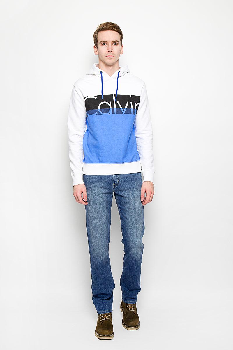 Толстовка14526Стильная мужская толстовка Calvin Klein Jeans, изготовленная из высококачественного хлопкового материла, необычайно мягкая и приятная на ощупь, не сковывает движения, обеспечивая наибольший комфорт. Толстовка с длинными рукавами и с капюшоном на груди оформлена надписью Calvin. Капюшон затягивается на кулиску. Рукава дополнены широкими трикотажными манжетами, по низу также проходит широкая трикотажная резинка. Эта модная и в тоже время комфортная толстовка отличный вариант как для активного отдыха, так и для занятий спортом!