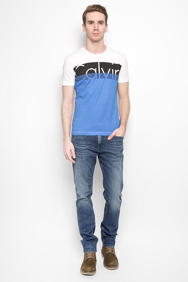 Футболка2529896.00.12Мужская футболка Calvin Klein Jeans выполнена из натурального хлопка. Материал изделия мягкий и приятный на ощупь, не сковывает движения и позволяет коже дышать. Футболка с короткими рукавами и круглым вырезом горловины оформлена надписью, содержащей название бренда. Такая модель подарит вам комфорт в течение всего дня и станет модным и стильным дополнением к вашему гардеробу.