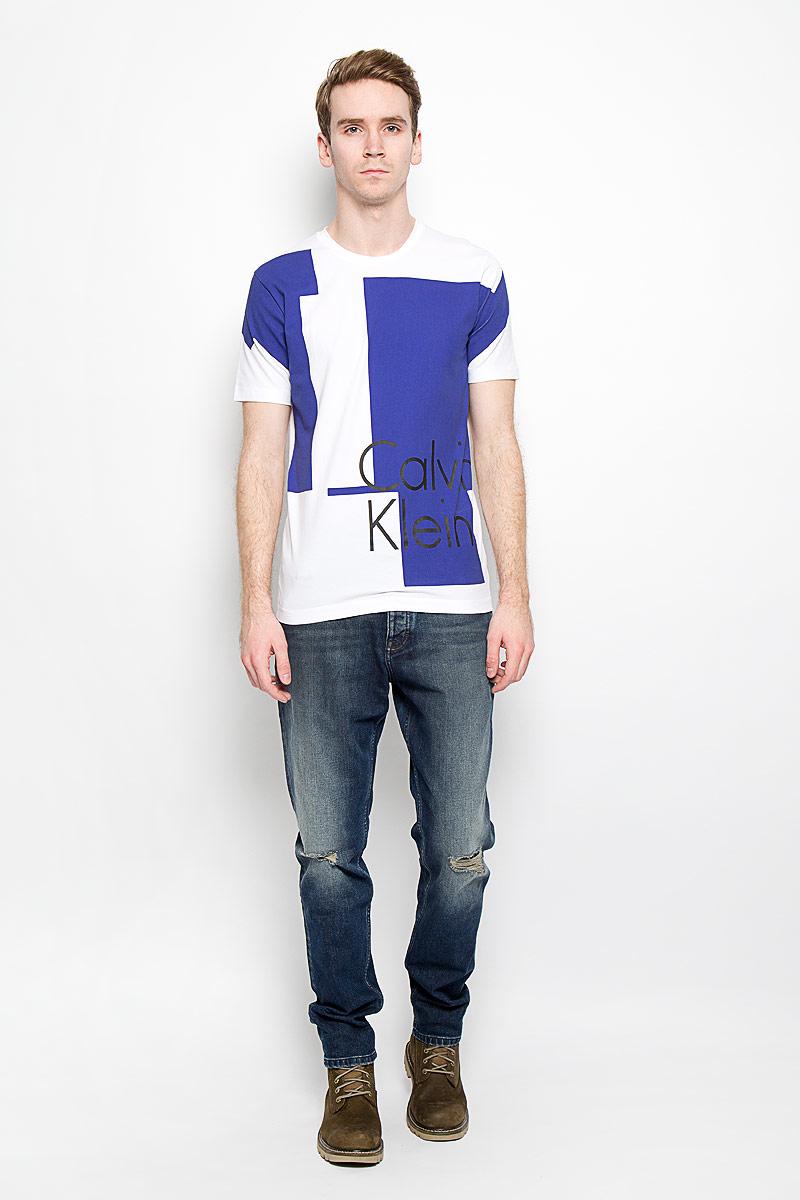 J3IJ303638_1180Стильная мужская футболка Calvin Klein Jeans, выполненная из высококачественного эластичного хлопка, обладает высокой теплопроводностью, воздухопроницаемостью и гигроскопичностью, позволяет коже дышать. Модель с круглым вырезом горловины и короткими рукавами, оформлена оригинальным принтом с надписью Calvin Klein. Такая модель будет дарить вам комфорт в течение всего дня и послужит замечательным дополнением к вашему гардеробу.