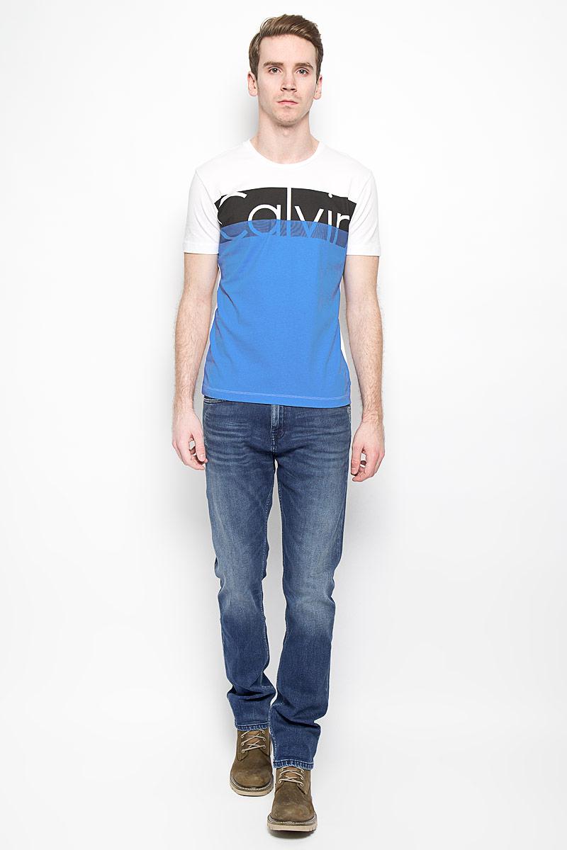 Джинсы мужские. J3IJ303982J3IJ303982_4304Стильные мужские джинсы Calvin Klein Jeans, изготовленные из эластичного хлопка, станут отличным дополнением к вашему гардеробу. Ткань изделия мягкая, тактильно приятная, позволяет коже дышать. Джинсы слегка зауженного кроя застегиваются на поясе на металлическую пуговицу и имеют ширинку на застежке-молнии, а также шлевки для ремня. Спереди расположены два втачных кармана и один маленький накладной, сзади - два накладных кармана. Изделие оформлено эффектом потертости и перманентными складками, декорировано металлическими клепками с логотипом бренда. Современный дизайн, отличное качество и расцветка делают эти джинсы модной и удобной моделью, которая подарит вам комфорт в течение всего дня.