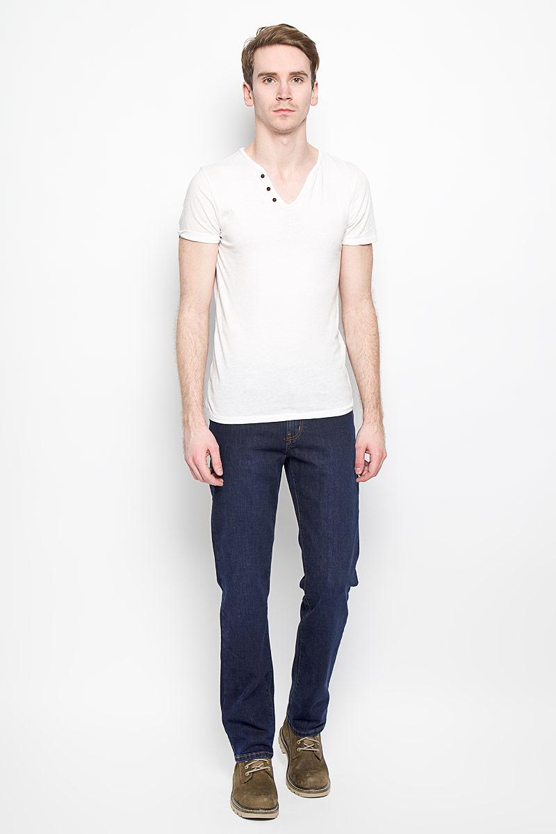 Джинсы мужские. 251028251028_965Мужские джинсы F5, изготовленные из хлопка с добавлением эластана, станут отличным дополнением к вашему гардеробу. Ткань изделия плотная, тактильно приятная, позволяет коже дышать. Джинсы прямого кроя застегиваются на поясе на металлическую пуговицу и имеют ширинку на застежке- молнии, а также шлевки для ремня. Спереди расположены два втачных кармана и один маленький накладной, сзади - два накладных кармана. Изделие декорировано металлическими клепками и контрастной прострочкой. Современный дизайн, отличное качество и расцветка делают эти джинсы классической и удобной моделью, которая подарит вам комфорт в течение всего дня.