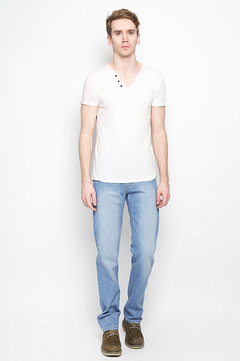 Джинсы мужские. 160121_0965160121_0965Мужские джинсы F5 станут стильным дополнением к вашему гардеробу. Изготовленные из натурального хлопка, они тактильно приятные, позволяют коже дышать. Джинсы прямого кроя застегиваются на поясе на металлическую пуговицу и имеют ширинку на застежке- молнии, а также шлевки для ремня. Спереди расположены два втачных кармана и один маленький накладной, сзади - два накладных кармана. Изделие оформлено эффектом потертости, декорировано металлическими клепками и контрастной прострочкой. Современный дизайн и расцветка делают эти джинсы модным предметом мужской одежды. Такая модель подарит вам комфорт в течение всего дня.