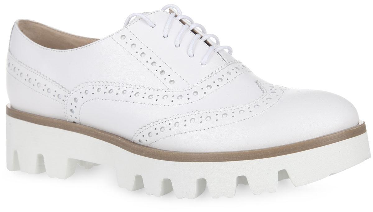 Полуботинки женские. 7420474204Трендовые полуботинки от Vitacci, стилизованные под броги, придутся вам по душе. Модель выполнена из натуральной кожи и оформлена по верху перфорацией. Верх дополнен классической шнуровкой, которая надежно фиксирует обувь на ноге. Подкладка и стелька, изготовленные из натуральной кожи, предотвратят натирание и обеспечат комфорт. Утолщенная подошва с рельефным протектором обеспечивает отличное сцепление на любой поверхности. Модные полуботинки покорят вас своим оригинальным дизайном и удобством!