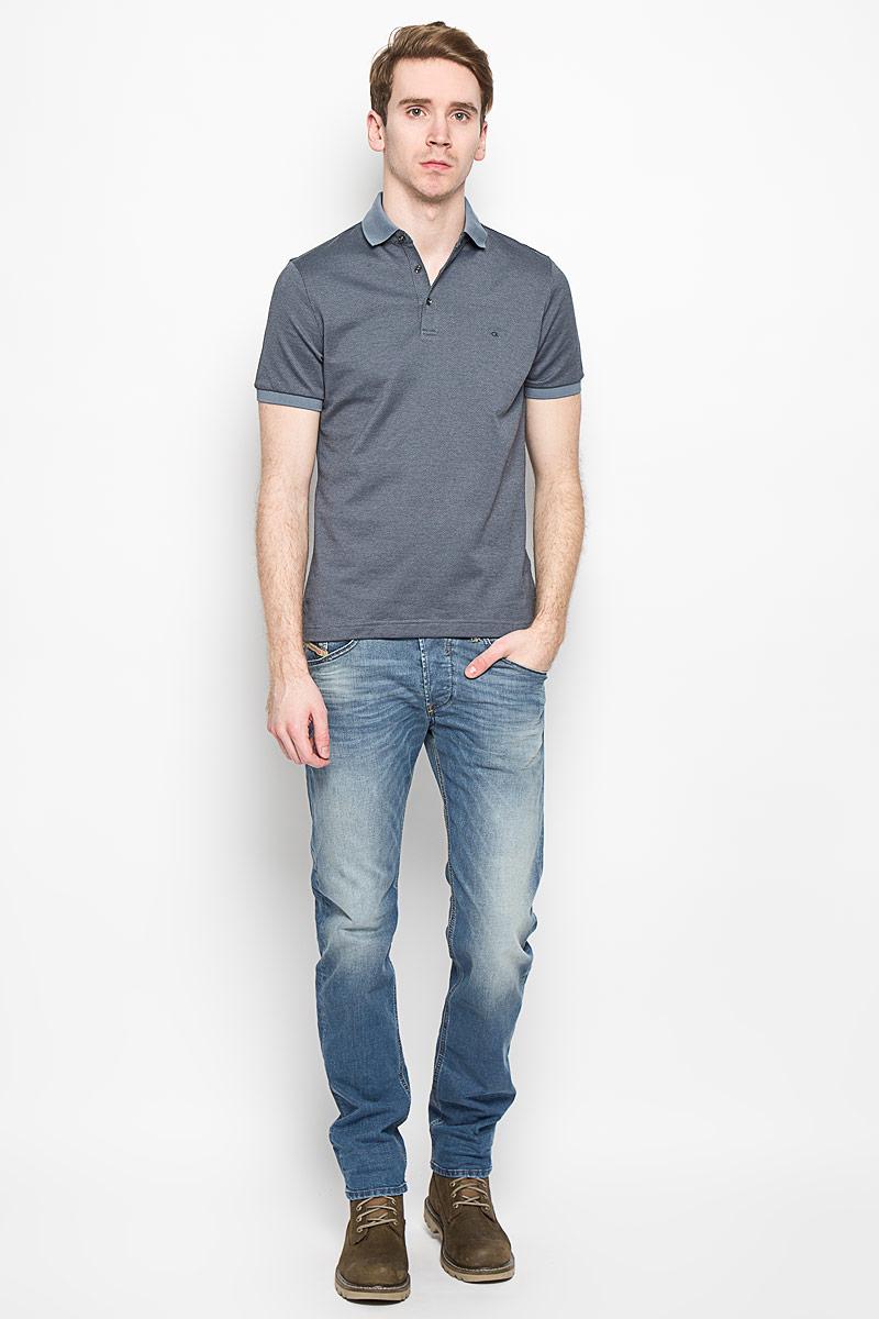 Поло2031126.09.12_4269Мужская футболка-поло Calvin Klein поможет создать отличный современный образ. Модель изготовлена из натурального хлопка, очень мягкая, тактильно приятная, не сковывает движения и хорошо пропускает воздух. Футболка-поло с отложным воротником и короткими рукавами застегивается сверху на три пуговицы. Воротник и края рукавов выполнены из трикотажной резинки. Спинка изделия слегка удлинена, по бокам предусмотрены разрезы. Футболка украшена вышитым логотипом бренда. Такая модель отлично подойдет для повседневной носки и подарит вам комфорт в течение всего дня!