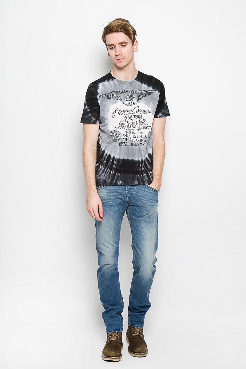 Футболка00SPJB-0PAJZСтильная мужская футболка Diesel, выполненная из высококачественного мягкого хлопка, обладает высокой теплопроводностью, воздухопроницаемостью и гигроскопичностью, позволяет коже дышать. Модель с короткими рукавами и круглым вырезом горловины оформлена оригинальным принтом и надписями. Эта футболка - идеальный вариант для создания эффектного образа