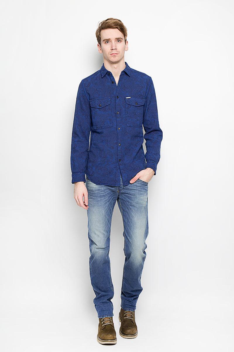 Рубашка00SPLS-0QAKY/8BAЭлегантная мужская рубашка Diesel станет прекрасным дополнением к вашему гардеробу. Рубашка выполнена из натурального хлопка, обладает высокой теплопроводностью, воздухопроницаемостью и гигроскопичностью, позволяет коже дышать, тем самым обеспечивая наибольший комфорт при носке даже жарким летом. Модель прямого силуэта с длинными рукавами, полукруглым низом и отложным воротником застегивается на пуговицы. Передняя сторона изделия дополнена двумя накладными кармашками, которые застегиваются клапанами на пуговицы. Рукава дополнены широкими манжетами на пуговицах. Такая рубашка будет дарить вам комфорт в течение всего дня.