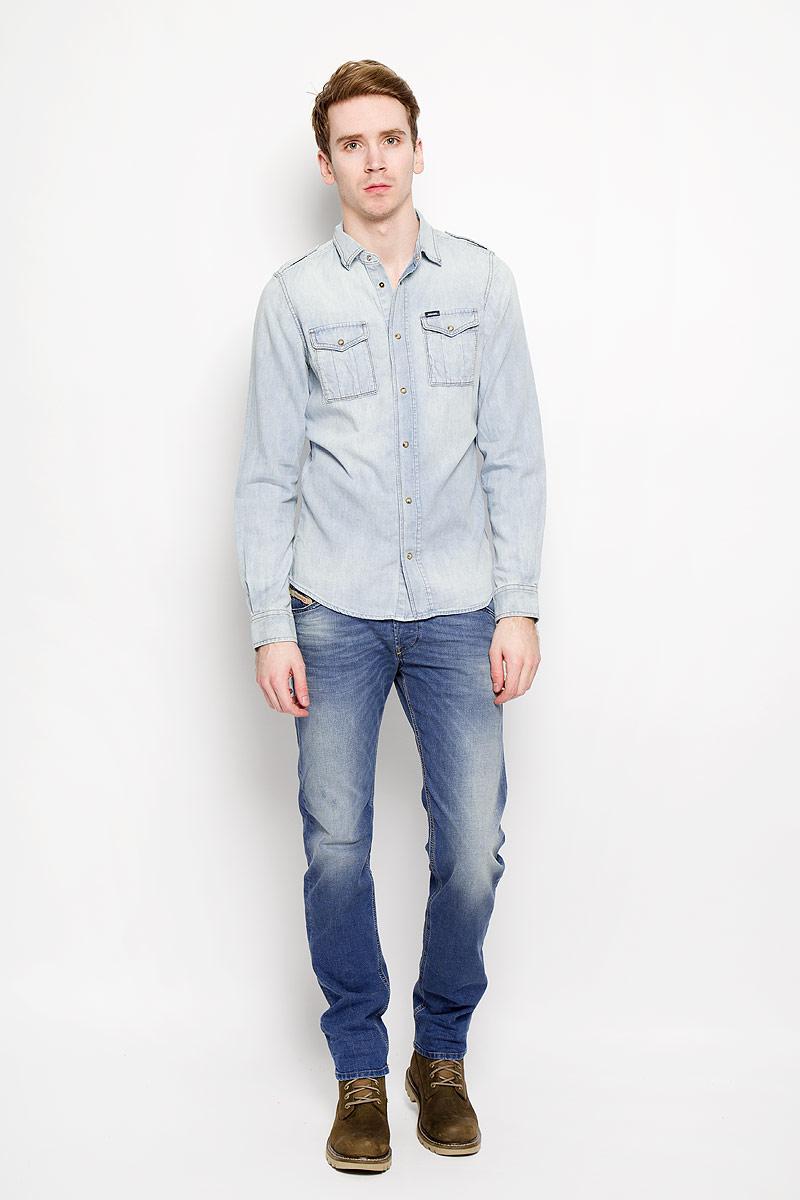 Рубашка00SNKB-0IALDСтильная мужская рубашка Diesel станет прекрасным дополнением к вашему гардеробу. Рубашка выполнена из натурального хлопка, обладает высокой теплопроводностью, воздухопроницаемостью и гигроскопичностью, позволяет коже дышать, тем самым обеспечивая наибольший комфорт при носке даже жарким летом. Модель приталенного силуэта с длинными рукавами, полукруглым низом и отложным воротником застегивается на кнопки. Передняя сторона изделия дополнена двумя накладными кармашками, которые застегиваются клапанами на кнопки. Рукава дополнены широкими манжетами на кнопках. Такая рубашка будет дарить вам комфорт в течение всего дня.