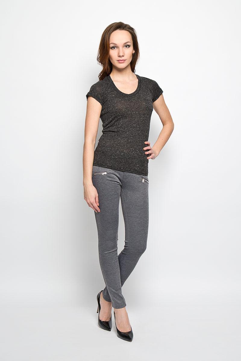 L-SP-2008_BLACKСтильные женские брюки Moodo выполнены из полиэстера с добавлением эластана. Брюки-слим, имеющие среднюю посадку, станут отличным дополнением к вашему образу. Застегиваются брюки на пуговицу и ширинку на застежке-молнии. Изделие имеет шлевки для ремня. Спереди модель оформлена имитацией прорезных кармашков на молниях. Эти модные и в тоже время комфортные брюки послужат отличным дополнением к вашему гардеробу. В них вы всегда будете чувствовать себя уютно и комфортно.