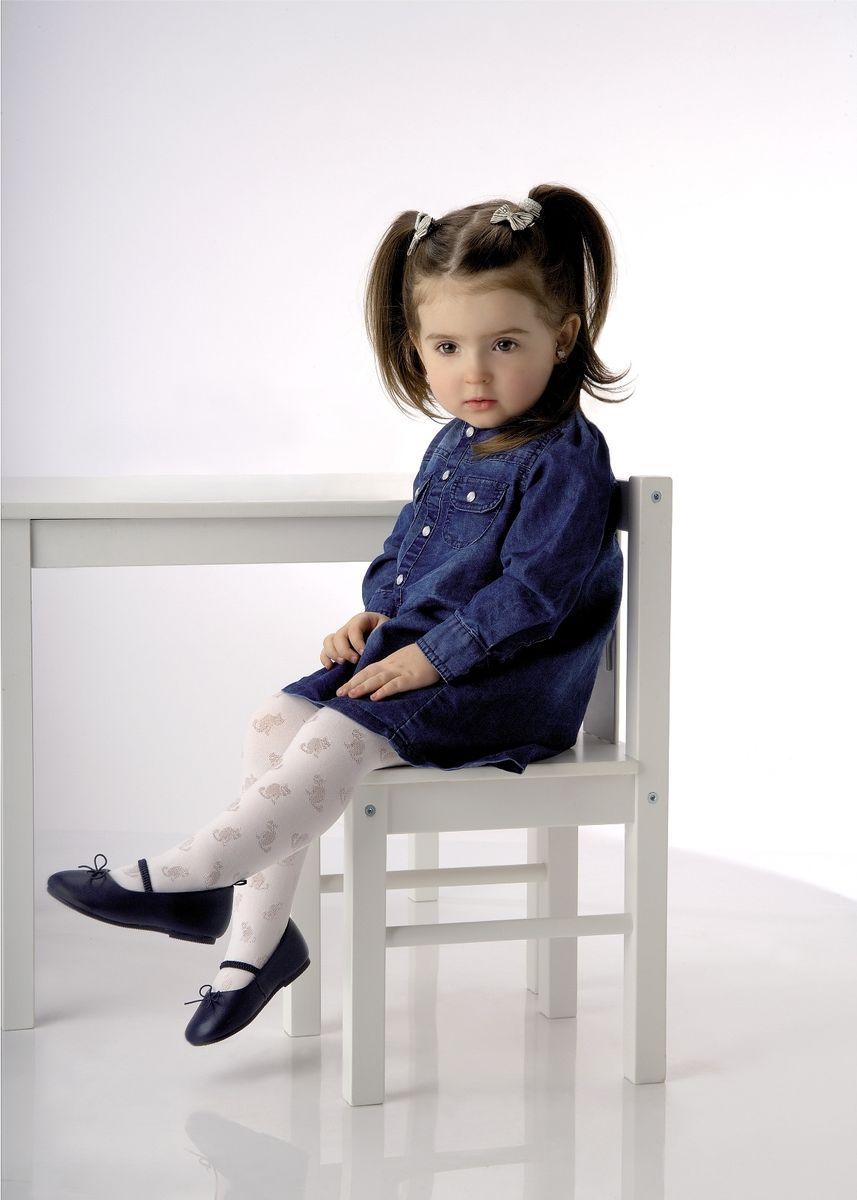 Колготки для девочки KittyKITTYКлассические детские колготки Knittex Kitty изготовлены специально для девочек. Колготки средней плотности с объемным узором в виде кошечек имеют широкую резинку и комфортные плоские швы. Теплые и прочные, эти колготки равномерно облегают ножки, не сдавливая и не доставляя дискомфорта. Эластичные швы и мягкая резинка на поясе не позволят колготам сползать и при этом не будут стеснять движений. Входящие в состав ткани полиамид и эластан предотвращают растяжение и деформацию после стирки. Однотонная расцветка позволит сочетать эти колготки с любыми нарядами маленькой модницы. Классические колготки - это идеальное решение на каждый день для прогулки, школы, яслей или садика. Такие колготки станут великолепным дополнением к гардеробу вашей красавицы.