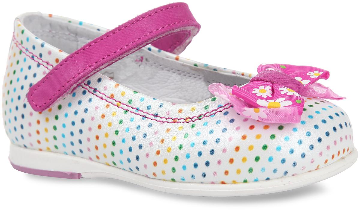 7-805511601Удобные и яркие туфли от Elegami очаруют вашу маленькую принцессу с первого взгляда! Модель выполнена из натуральной кожи и украшена узором в горошек. Мыс изделия декорирован текстильным бантиком, оформленным цветочным принтом. Ремешок на застежке-липучке отвечает за надежную фиксацию изделия на ноге. Стелька EVA с поверхностью из натуральной кожи дополнена супинатором, который обеспечивает правильное положение ноги ребенка при ходьбе, предотвращает плоскостопие. Подошва с рифлением в виде оригинального рисунка обеспечивает отличное сцепление с поверхностью. Чудесные туфли прекрасно дополнят любой наряд вашей модницы.