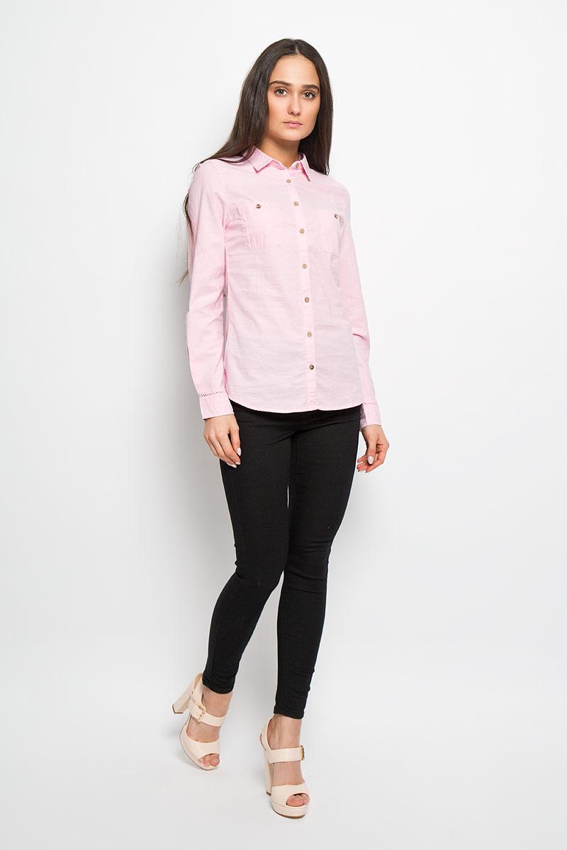 B-312/013-6122Стильная женская рубашка Sela Casual, выполненная из натурального хлопка, прекрасно подойдет для повседневной носки. Материал очень мягкий и приятный на ощупь, не сковывает движения и позволяет коже дышать. Рубашка приталенного кроя с отложным воротником и длинными рукавами застегивается на пуговицы по всей длине. На груди модели предусмотрены два накладных кармана на пуговицах. Манжеты рукавов также застегиваются на пуговицы. На рукавах модель декорирована узкими ажурными вставками. Такая рубашка будет дарить вам комфорт в течение всего дня и станет модным дополнением к вашему гардеробу.