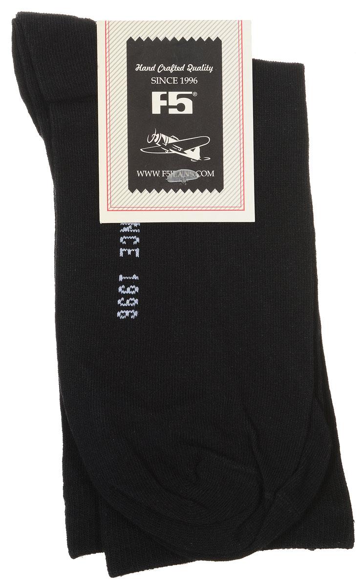 Носки900009_S13, whiteУдобные носки F5, изготовленные из высококачественного комбинированного материала, очень мягкие и приятные на ощупь, позволяют коже дышать. Эластичная резинка плотно облегает ногу, не сдавливая ее, обеспечивая комфорт и удобство. Модель с классическим паголенком. Практичные и комфортные носки великолепно подойдут к любой вашей обуви.