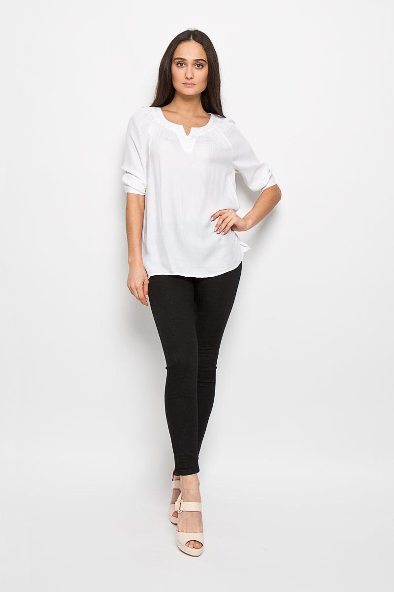 Tw-112/757-6244Очаровательная женская блуза Sela, выполненная из вискозы, подчеркнет ваш уникальный стиль и поможет создать оригинальный женственный образ. Модная блузка свободного кроя с круглым вырезом горловины и рукавами-реглан 3/4 имеет удлиненную спинку. Горловина оформлена вышивкой и декоративным вырезом. Нижняя часть модели по боковым швам дополнена небольшими разрезами. Манжеты рукавов застегиваются на пуговицы. Такая блузка будет дарить вам комфорт в течение всего дня и послужит замечательным дополнением к вашему гардеробу.