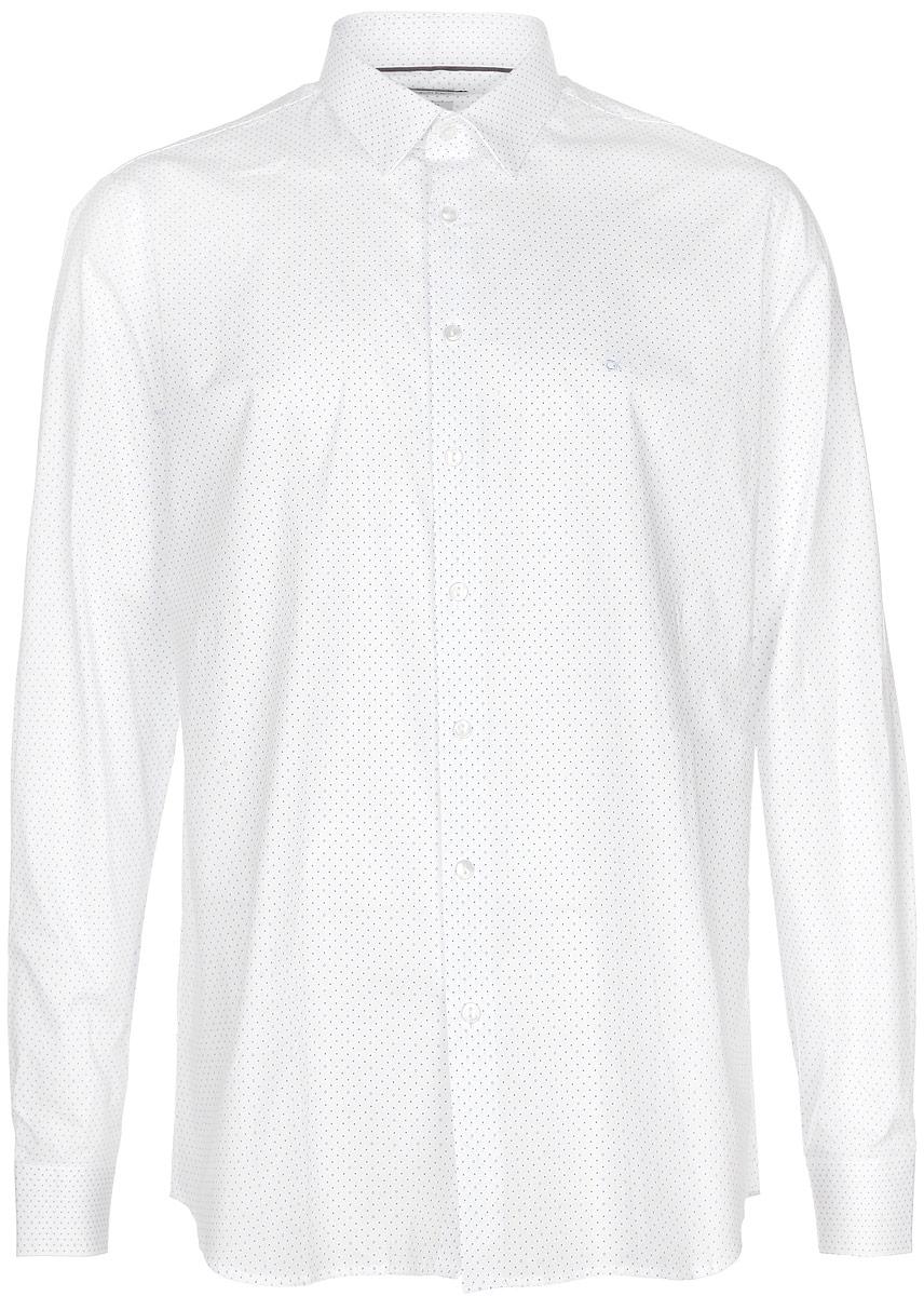 2031126.09.12_4269Стильная мужская рубашка Calvin Klein станет прекрасным дополнением к вашему гардеробу. Она выполнена из хлопка с добавлением эластана, обладает высокой теплопроводностью, воздухопроницаемостью и гигроскопичностью, позволяет коже дышать, тем самым обеспечивая наибольший комфорт при носке даже жарким летом. Модель приталенного кроя с длинными рукавами и отложным воротником застегивается на пуговицы. Края рукавов дополнены манжетами на пуговицах. На груди рубашка декорирована небольшим вышитым логотипом бренда. Модель оформлена принтом в мелкий горох. Такая рубашка будет дарить вам комфорт и уверенность в течение всего дня.
