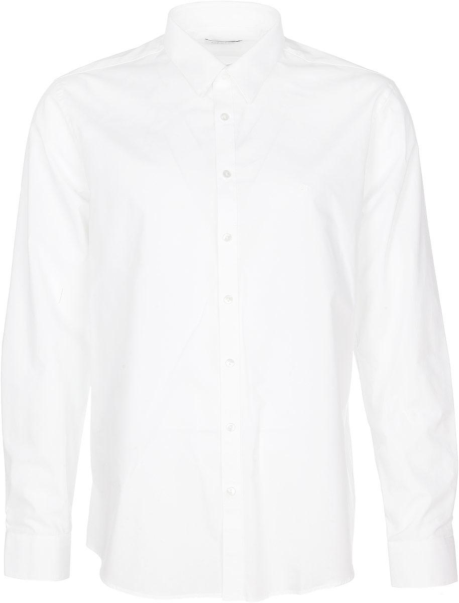 Рубашка3722058.01.12_2999Стильная мужская рубашка Calvin Klein станет прекрасным дополнением к вашему гардеробу. Выполненная из эластичного хлопка, она обладает высокой теплопроводностью, воздухопроницаемостью и гигроскопичностью, позволяет коже дышать, тем самым обеспечивая наибольший комфорт при носке даже жарким летом. Модель приталенного кроя с длинными рукавами и отложным воротником застегивается на пуговицы. Манжеты рукавов также застегиваются на пуговицы. На груди рубашка дополнена небольшим вышитым логотипом фирмы. Такая рубашка будет дарить вам комфорт и уверенность в течение всего дня.