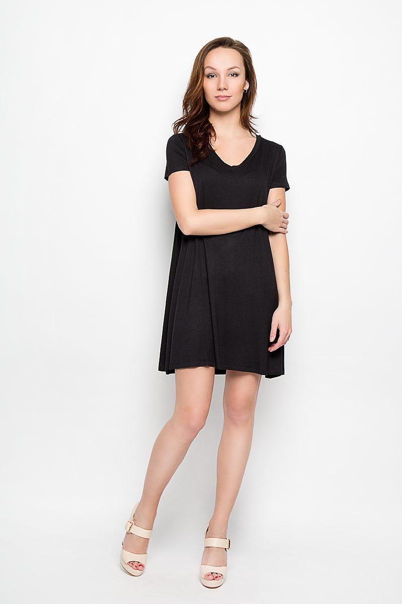 L-SU-2004_BlackСтильное платье Moodo, выполненное из высококачественного материала, прекрасный вариант для модниц. Ткань платья очень мягкая, тактильно приятная, не сковывает движения и хорошо пропускает воздух. Модель с V-образным вырезом горловины и короткими рукавами имеет свободный крой. Лаконичный дизайн и совершенство стиля подчеркнут вашу индивидуальность.