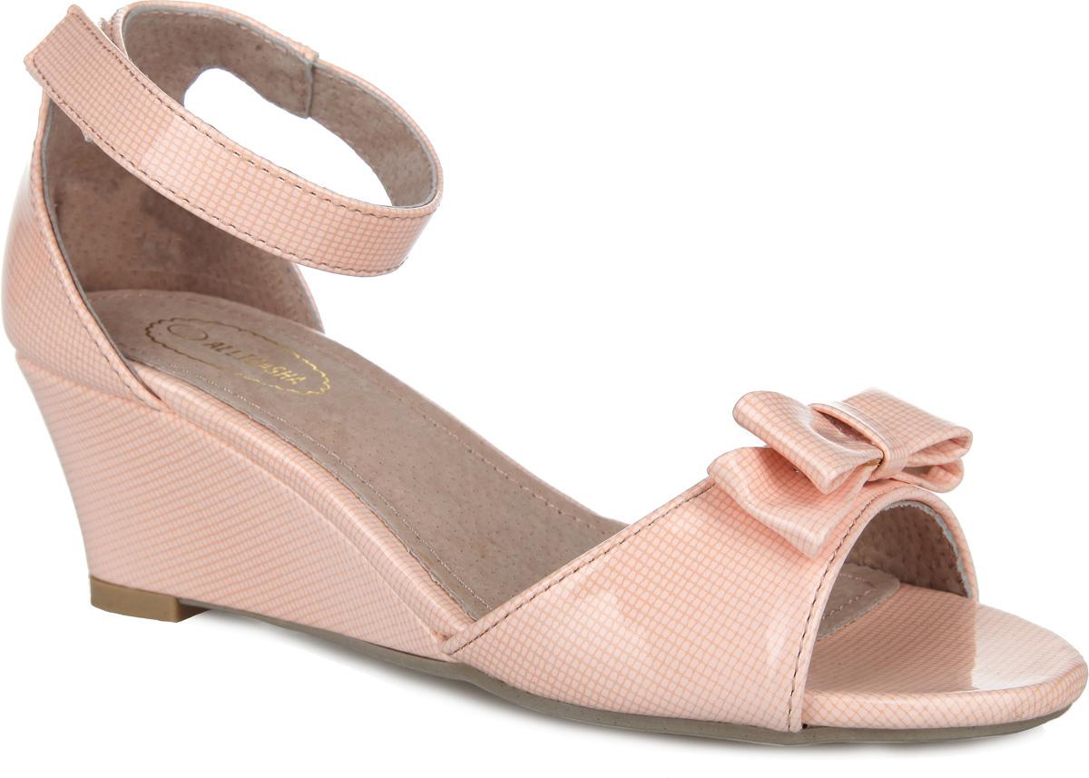 Босоножки для девочки. 000350311000350311Прелестные босоножки на невысокой устойчивой танкетке от Аллигаша придутся по душе вашей маленькой моднице и идеально подойдут для повседневной носки в летнюю погоду. Модель с открытым носом выполнена из высококачественной искусственной лакированной кожи, оформленной принтом в мелкую клетку. Мыс обуви украшен милым бантиком. Закрытая пятка и ремешок на застежке-липучке надежно зафиксируют изделие на ножке ребенка. Подкладка и стелька изготовлены из натуральной кожи. Подошва оснащена рифлением для лучшего сцепления с поверхностями. Стильные босоножки - незаменимая вещь в гардеробе каждой девочки!