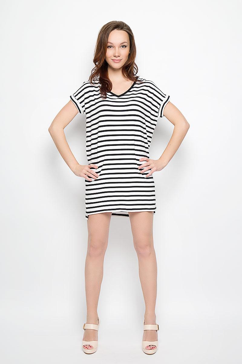 L-SU-2009_NAVYМодное платье Moodo поможет создать отличный современный образ в стиле Casual. Модель, изготовленная из вискозы с добавлением эластана, очень мягкая, тактильно приятная, не сковывает движения и позволяет коже дышать. Платье свободного кроя с V-образным вырезом горловины и короткими рукавами-кимоно оформлено принтом в полоску. Вырез горловины дополнен трикотажной резинкой. На рукавах предусмотрены декоративные отвороты. Нижняя часть модели по боковым швам оформлена небольшими разрезами. Такое платье станет стильным дополнением к вашему гардеробу, оно подарит вам комфорт в течение всего дня!