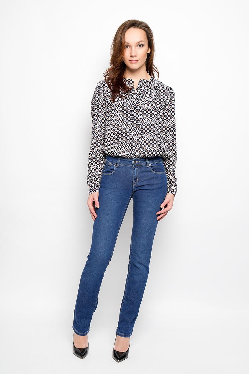 Джинсы женские. 160144_19599160144_ 19599, Blue denim 11853 str., w.mediumСтильные женские джинсы F5, выполненные из эластичного хлопка, созданы специально для того, чтобы подчеркнуть достоинства вашей фигуры. Модель со средней посадкой, полуоблегающая по бедру и прямая к низу станет отличным дополнением к вашему современному образу. Джинсы застегиваются на металлическую пуговицу в поясе и ширинку на застежке-молнии, имеются шлевки для ремня. Спереди модель дополнена двумя прорезными карманами и одним небольшим секретным кармашком, а сзади - двумя накладными карманами. Эти модные и в тоже время комфортные джинсы послужат отличным дополнением к вашему гардеробу.