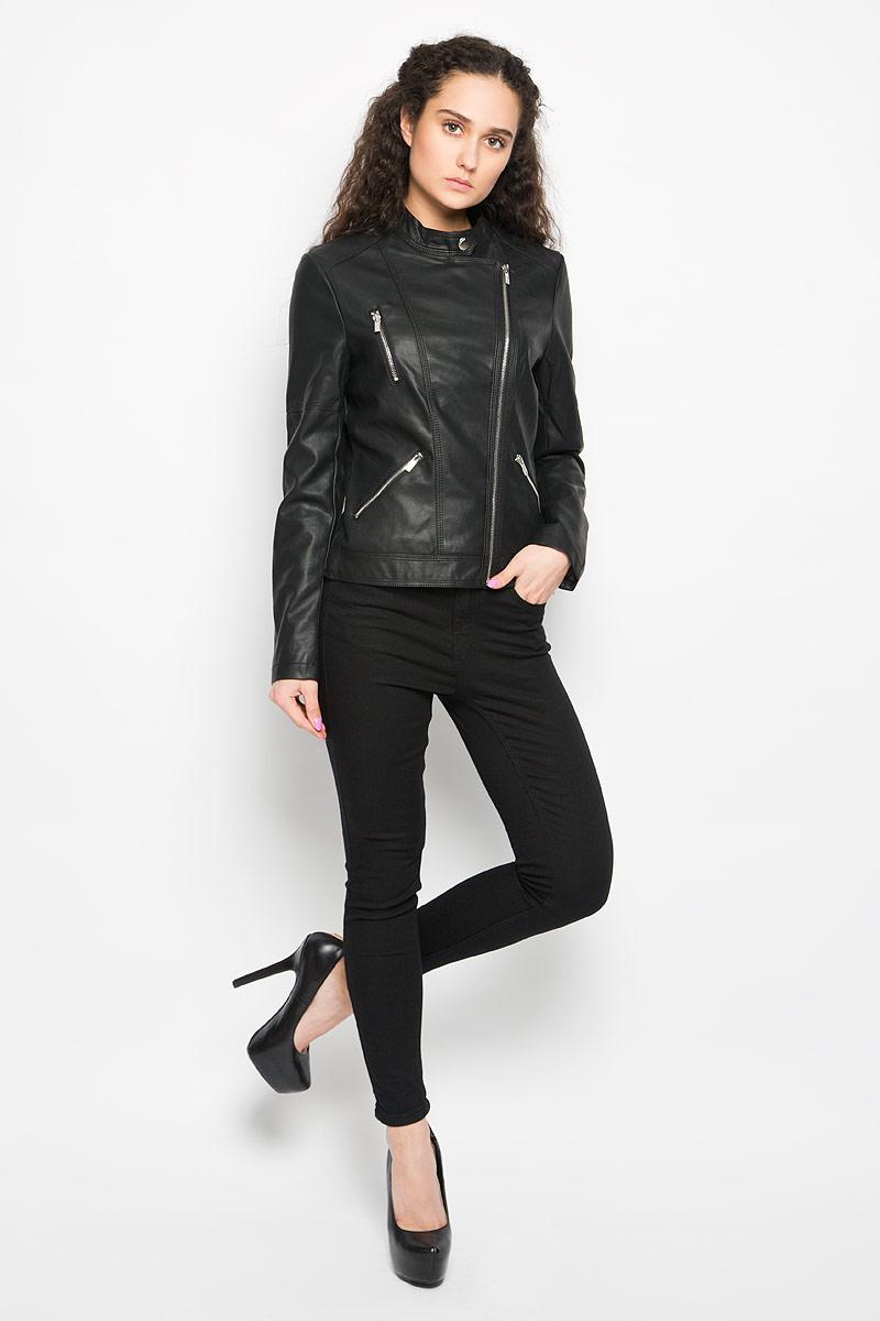 КурткаL-KU-2002_BLACKСтильная женская куртка Moodo, изготовленная из полиуретана и полиэстера на подкладке из 100% полиэстера, смотрится модно и стильно. Куртка с небольшим воротником-стойкой на кнопке застегивается на асимметричную металлическую застежку-молнию по левому краю. На груди предусмотрен прорезной карман на застежке-молнии. Понизу имеются два прорезных кармашка на застежках-молниях. Нижняя часть рукавов оформлена застежками-молниями. Куртка оформлена фактурной поверхностью, что придает изделию оригинальность. Такая куртка обеспечит вам не только красивый внешний вид и комфорт, но и дополнительную защиту от прохладной погоды.