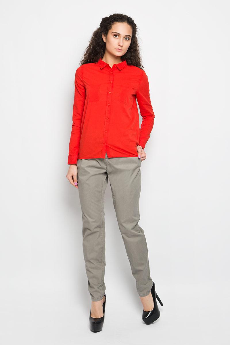 L-KO-2005_CORALСтильная женская рубашка Moodo, выполненная из натурального хлопка, прекрасно подойдет для повседневной носки. Материал очень мягкий и приятный на ощупь, не сковывает движения и позволяет коже дышать. Рубашка приталенного кроя с отложным воротником и длинными рукавами застегивается на пуговицы по всей длине. На груди модели предусмотрены два накладных кармана. Рукава можно регулировать по длине за счет хлястика на пуговице. Низ рукавов обработан манжетами, которые застегиваются на пуговицы. Спинка модели немного удлинена. Такая рубашка будет дарить вам комфорт в течение всего дня и станет модным дополнением к вашему гардеробу.